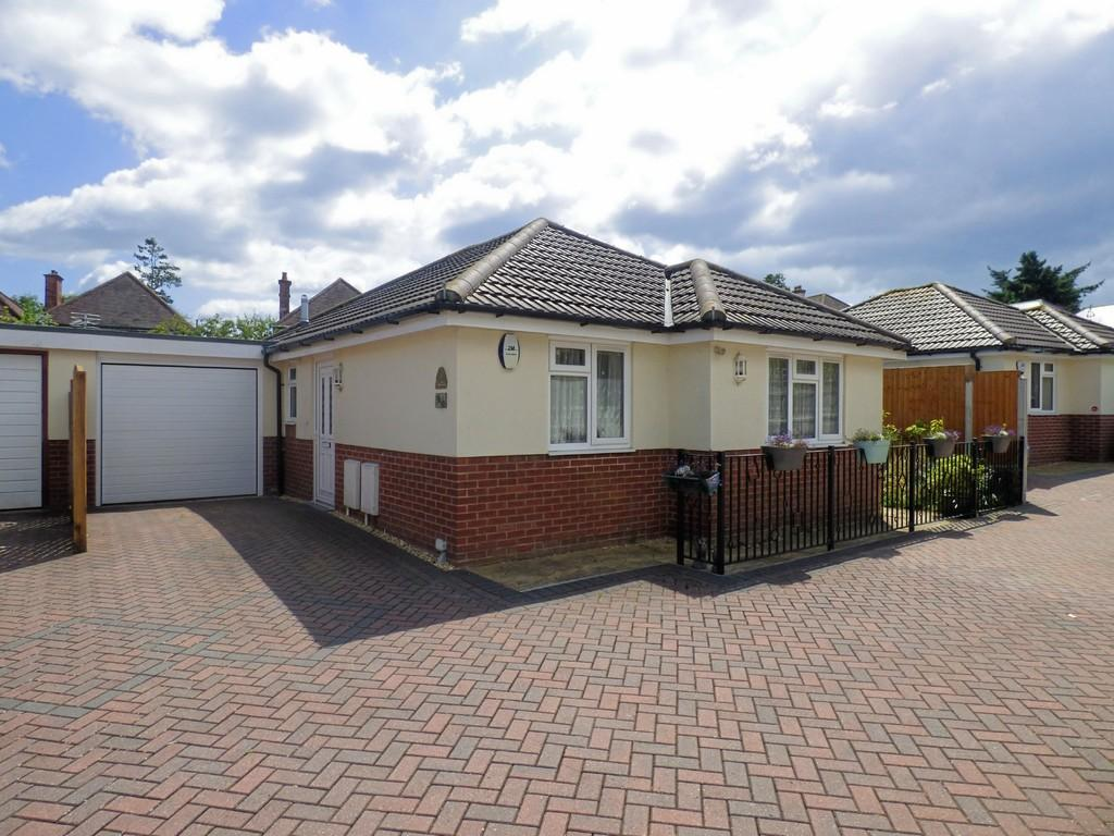 3 Bedrooms Detached Bungalow for sale in Pinewood Close, Northbourne