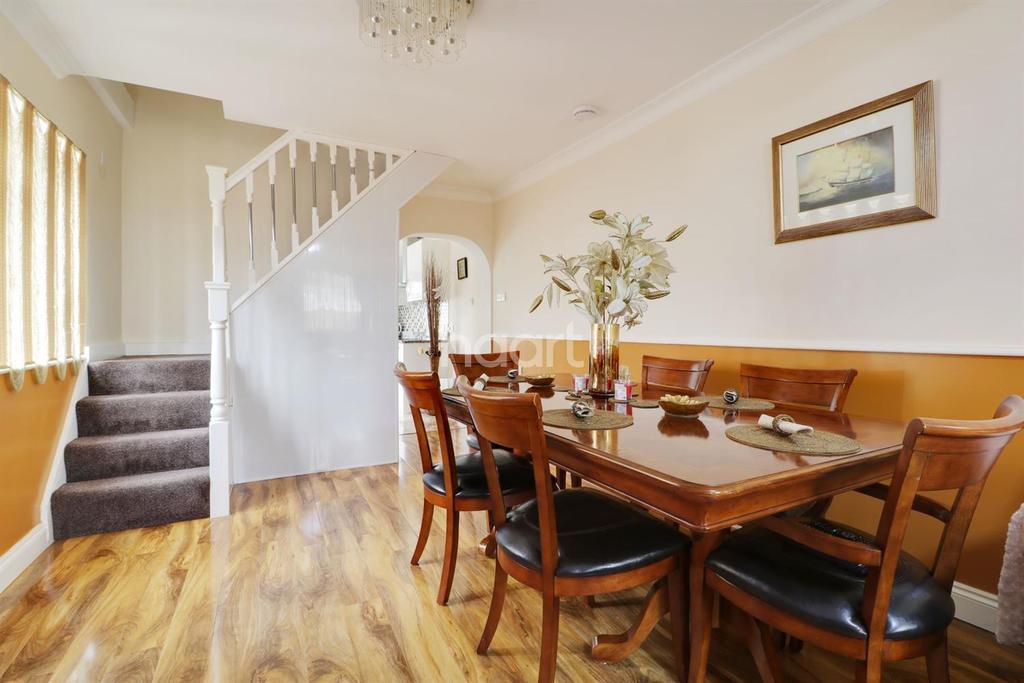3 Bedrooms Semi Detached House for sale in Tye Lane, Farnborough Village