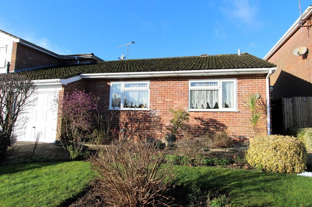 2 Bedrooms Semi Detached Bungalow for sale in Redwing Road, Clanfield, Hampshire