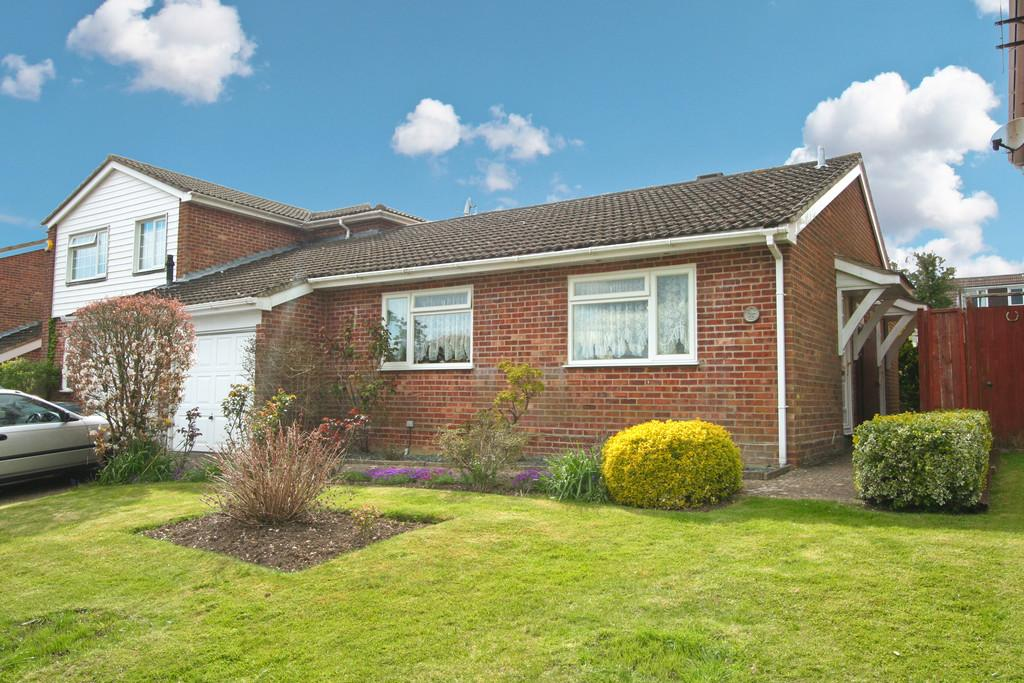 2 Bedrooms Semi Detached Bungalow for sale in Redwing Road, Clanfield