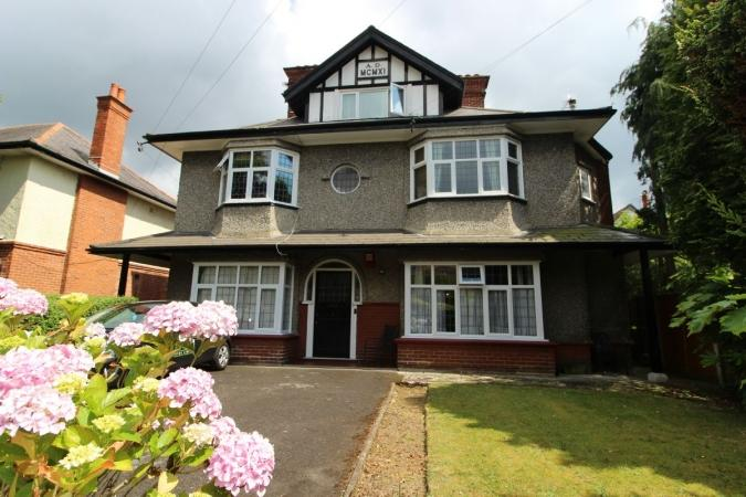 2 Bedrooms Flat for sale in Ascham Road , Charminster