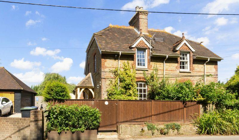 2 Bedrooms Semi Detached House for sale in Dairy Farm Cottages, Street End