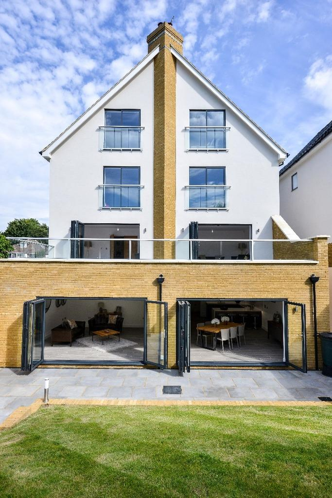 5 Bedrooms Detached House for sale in Hill Drive Hove BN3