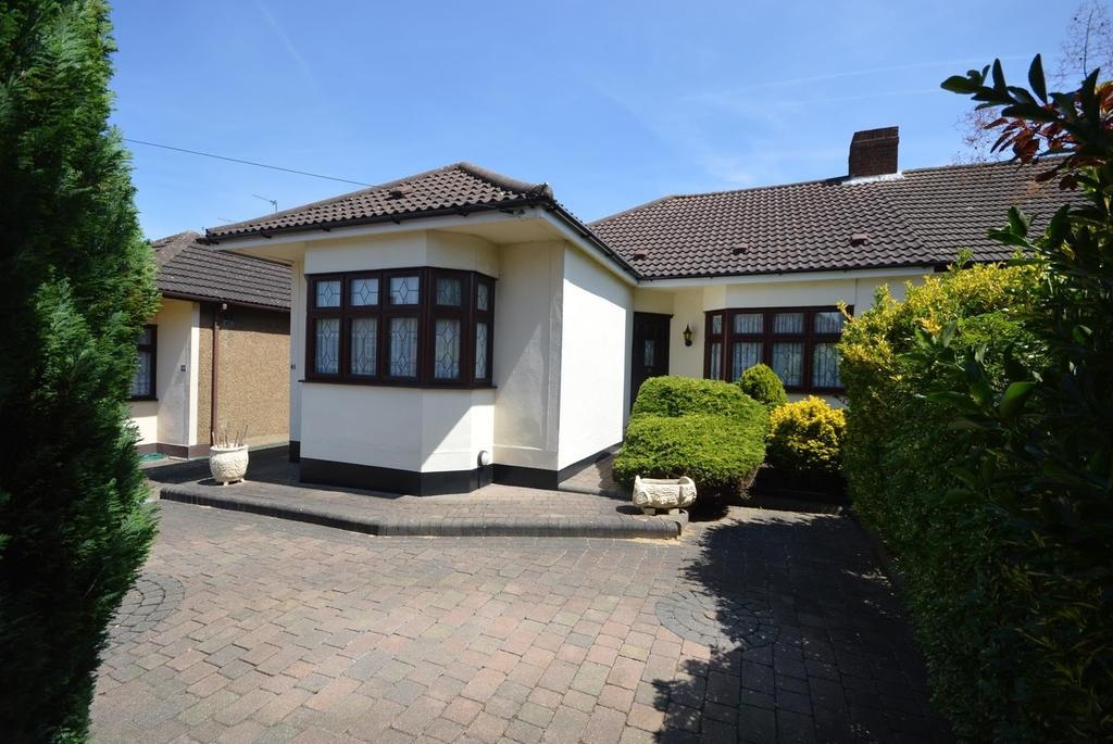 3 Bedrooms Semi Detached Bungalow for sale in Beltinge Road, Harold Wood, Romford, RM3