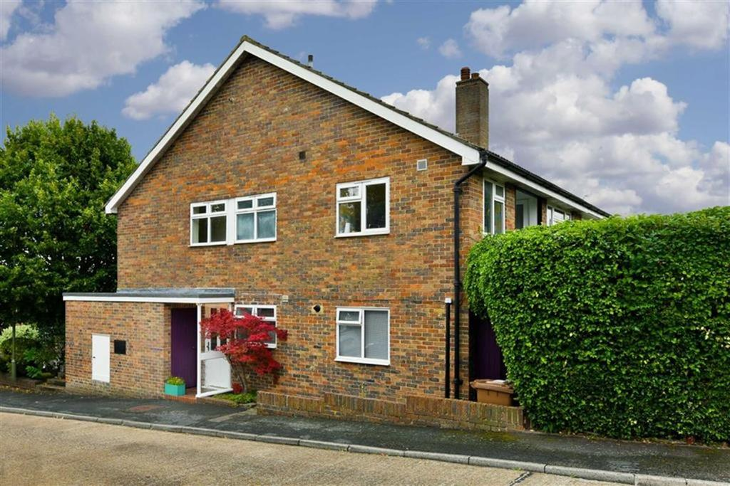 2 Bedrooms Maisonette Flat for sale in Castleton Close, Banstead, Surrey