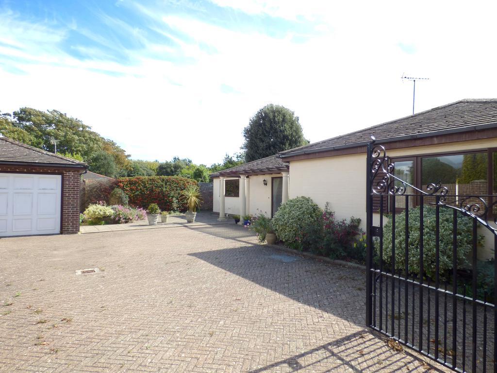 3 Bedrooms Detached Bungalow for sale in Craigweil Manor, Craigweil-on-Sea, Bognor Regis PO21