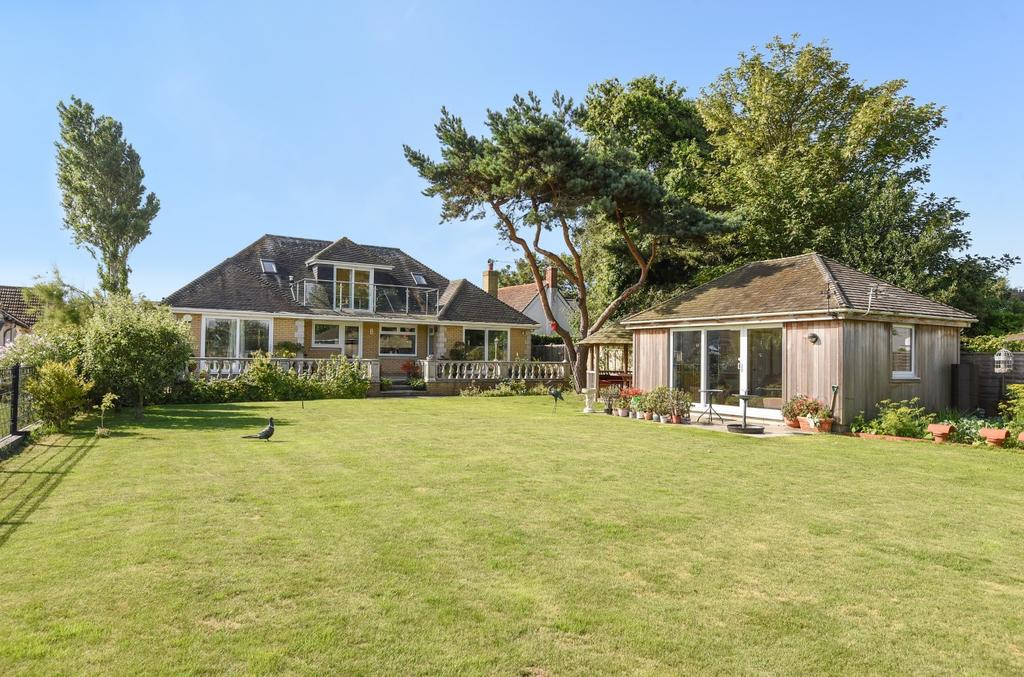 5 Bedrooms Detached Bungalow for sale in Eastoke Avenue, Hayling Island, PO11