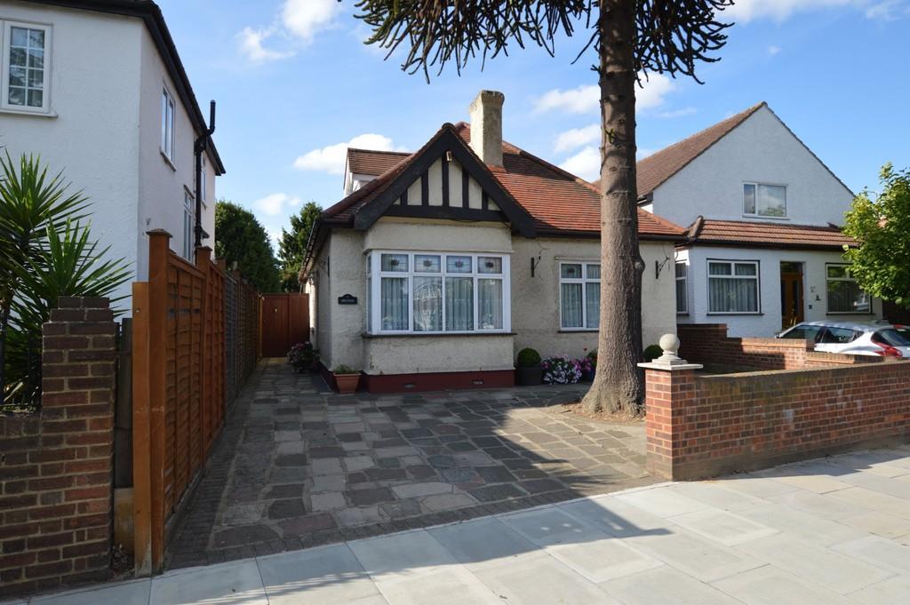 3 Bedrooms Detached Bungalow for sale in Bexley Road, Eltham SE9