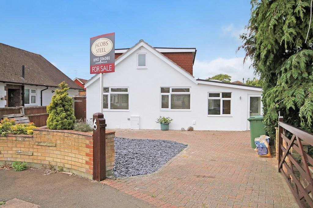 3 Bedrooms Detached Bungalow for sale in Courtlands Close, Goring By Sea. BN12