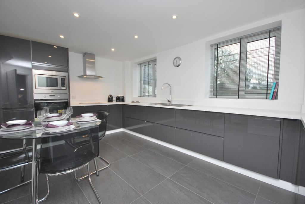 2 Bedrooms Semi Detached House for sale in Lewes Road Bromley BR1