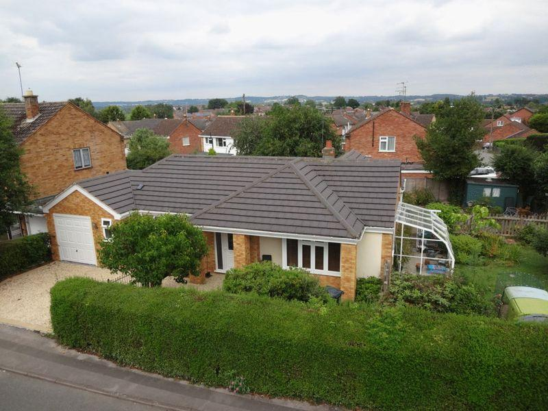 3 Bedrooms Bungalow for sale in Knottesford Close, Studley