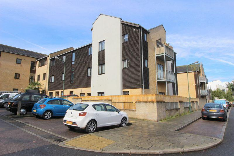 2 Bedrooms Flat for sale in Davis Way, Sidcup