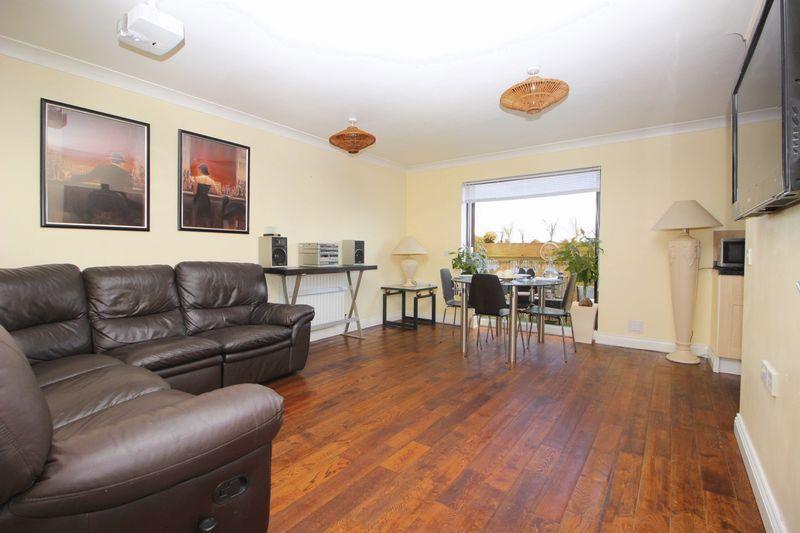 2 Bedrooms Flat for sale in Davis Way, Sidcup