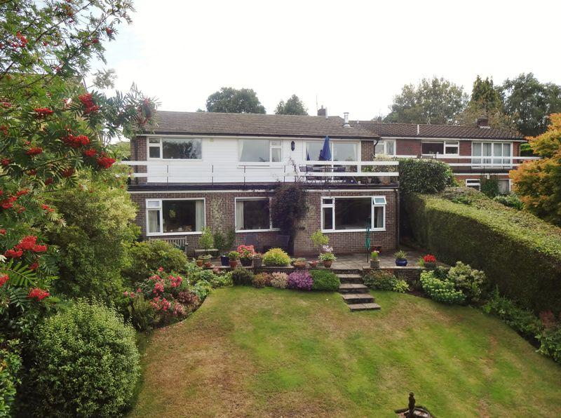 4 Bedrooms Detached House for sale in Scotlands Close, Haslemere