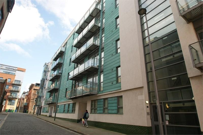 2 Bedrooms Apartment Flat for rent in 76 Henry Street Groud floor with parking