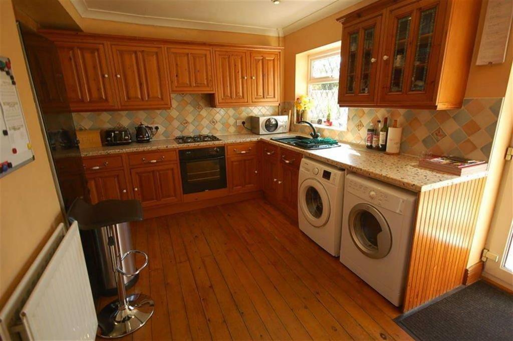 3 Bedrooms Semi Detached House for sale in Leeds Old Road, Heckmondwike, WF16