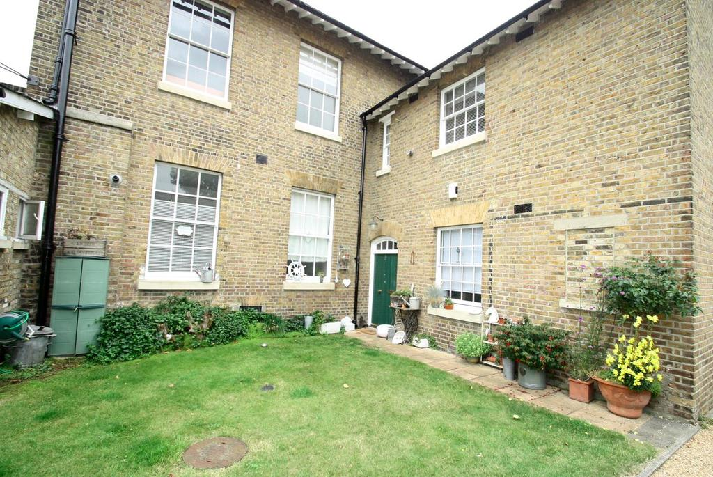 2 Bedrooms Flat for sale in Horseshoe Crescent, Shoeburyness, Southend-On-Sea