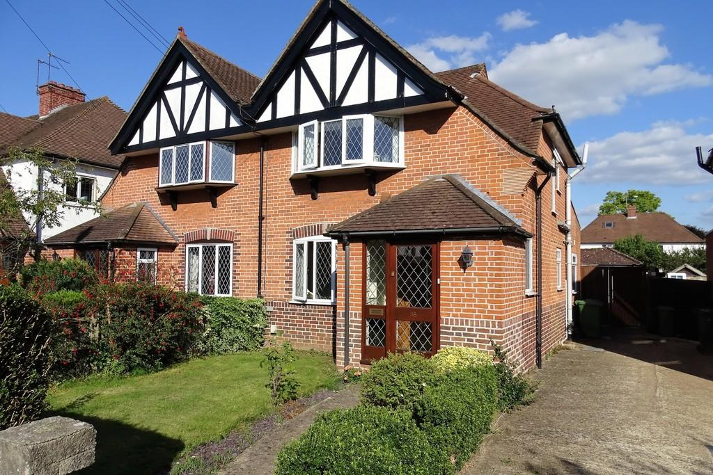 3 Bedrooms Semi Detached House for sale in Meadway, Ashford, TW15