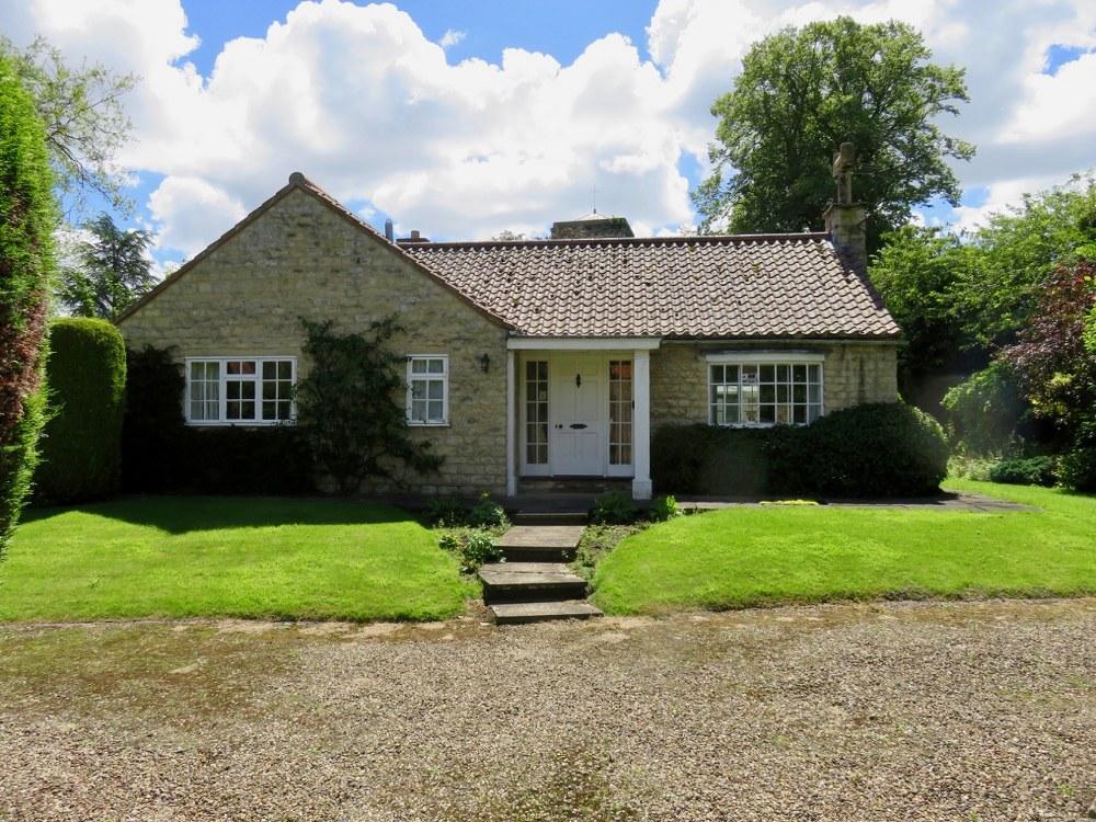 3 Bedrooms Detached Bungalow for sale in Lavender Cottage, Brookside, Hovingham, YO62 4LG