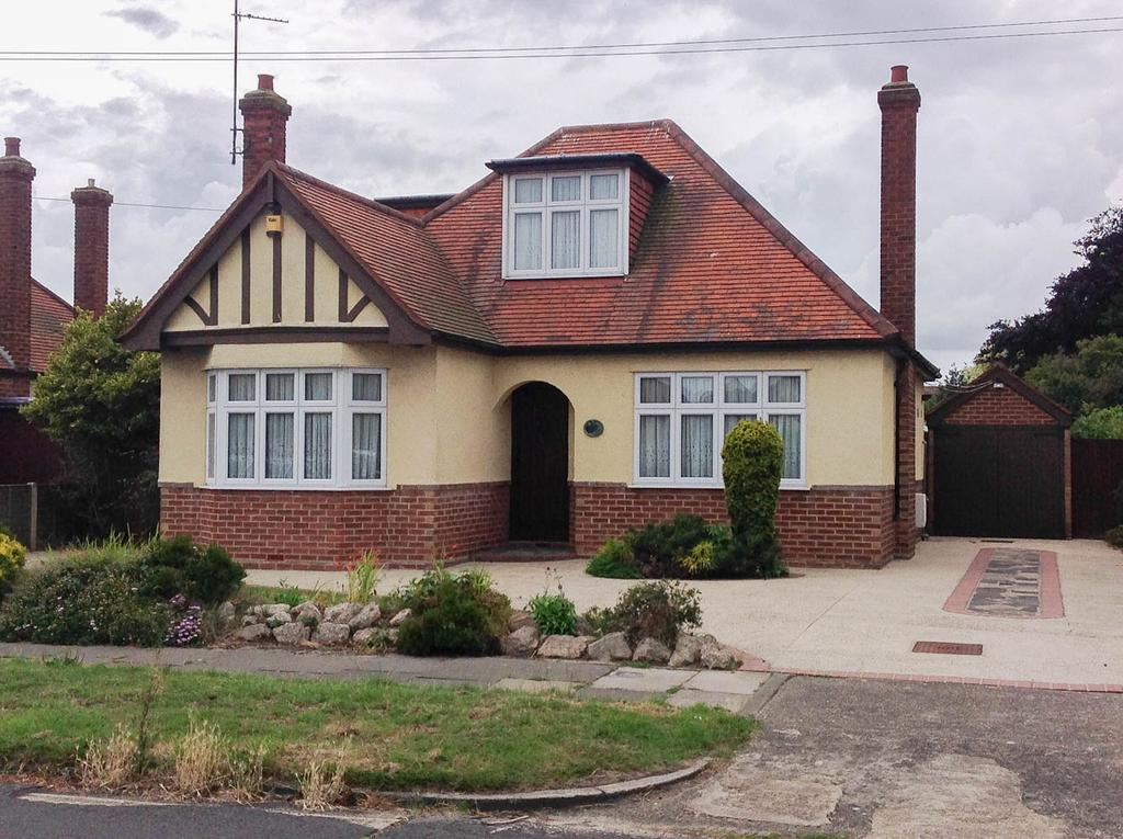 3 Bedrooms Detached House for sale in Queensway, Clacton-On-Sea CO15