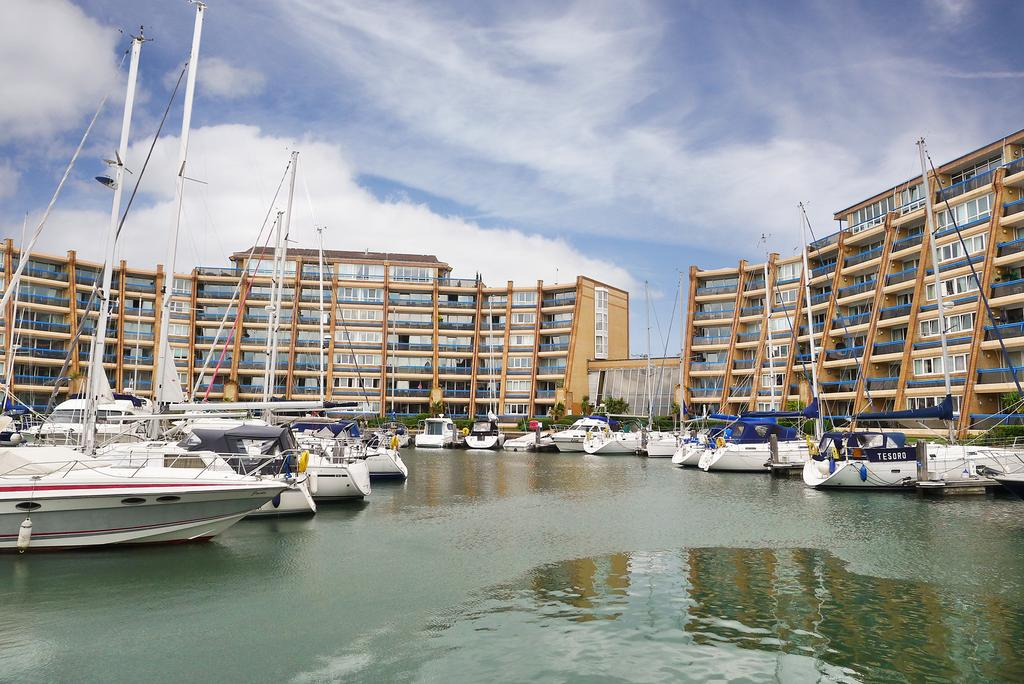 2 Bedrooms Flat for sale in OYSTER QUAY, PORT SOLENT