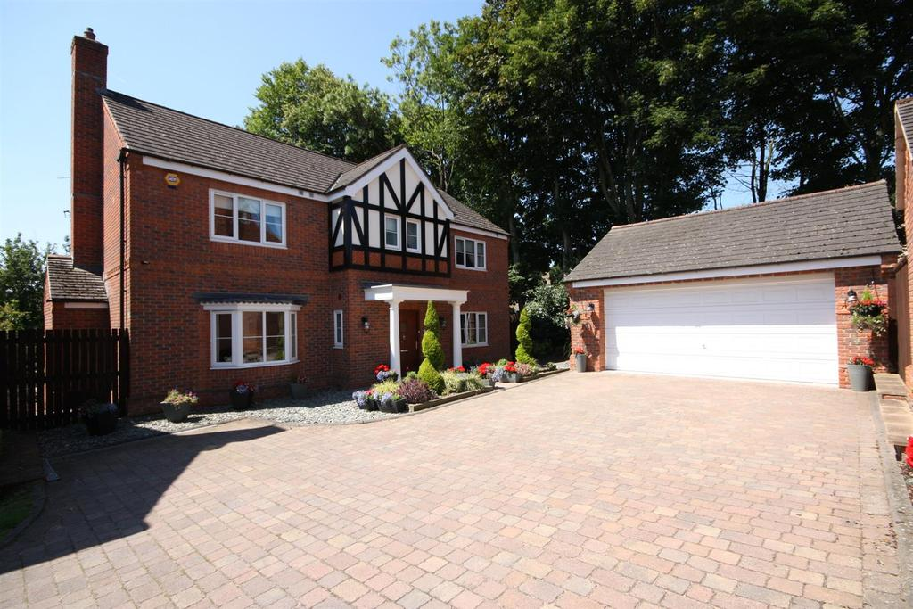 5 Bedrooms Detached House for sale in Silvertrees, Bramhope, Leeds