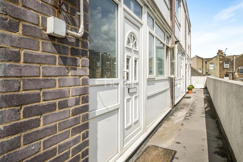 2 Bedrooms Flat for sale in Chancellor Court, Thornton Heath, CR7