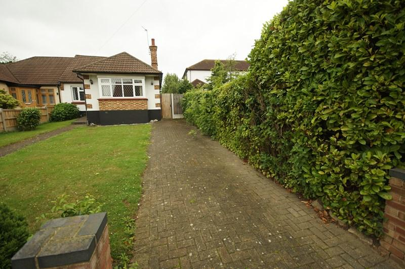 2 Bedrooms Bungalow for sale in Broadclyst Avenue, Leigh-On-Sea
