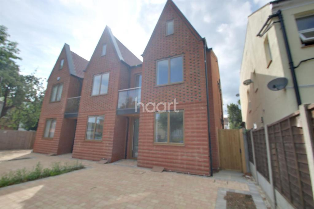 3 Bedrooms End Of Terrace House for sale in Valkyrie Road