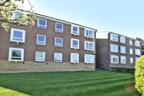 2 bedroom flat to rent - Carisbrooke Court, Station Approach, Sutton, SM2