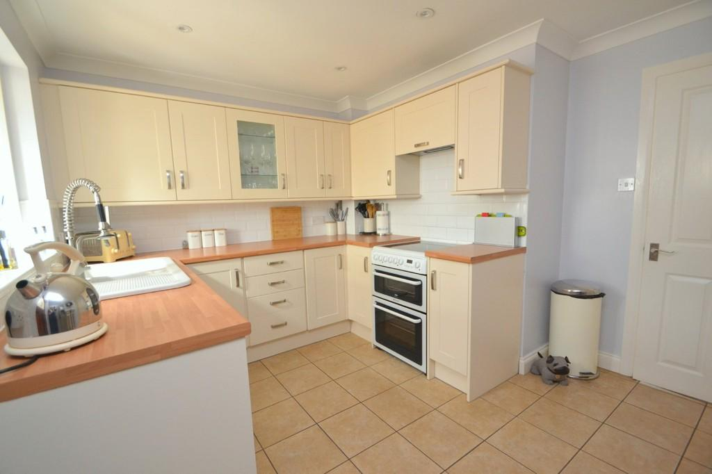 3 Bedrooms End Of Terrace House for sale in Herringham Green, Chelmsford
