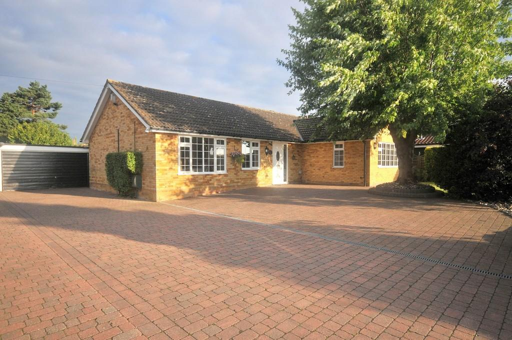4 Bedrooms Detached Bungalow for sale in Trimley Road, Kirton, IP10 0QN