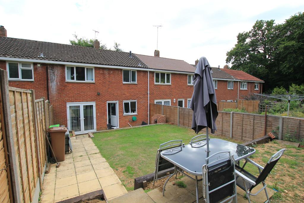 3 Bedrooms Terraced House for sale in Spring Drive, Stevenage