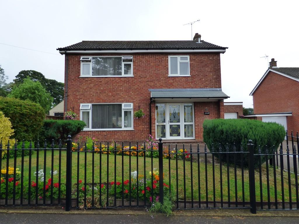 3 Bedrooms Detached House for sale in Hall Lane, Long Stratton