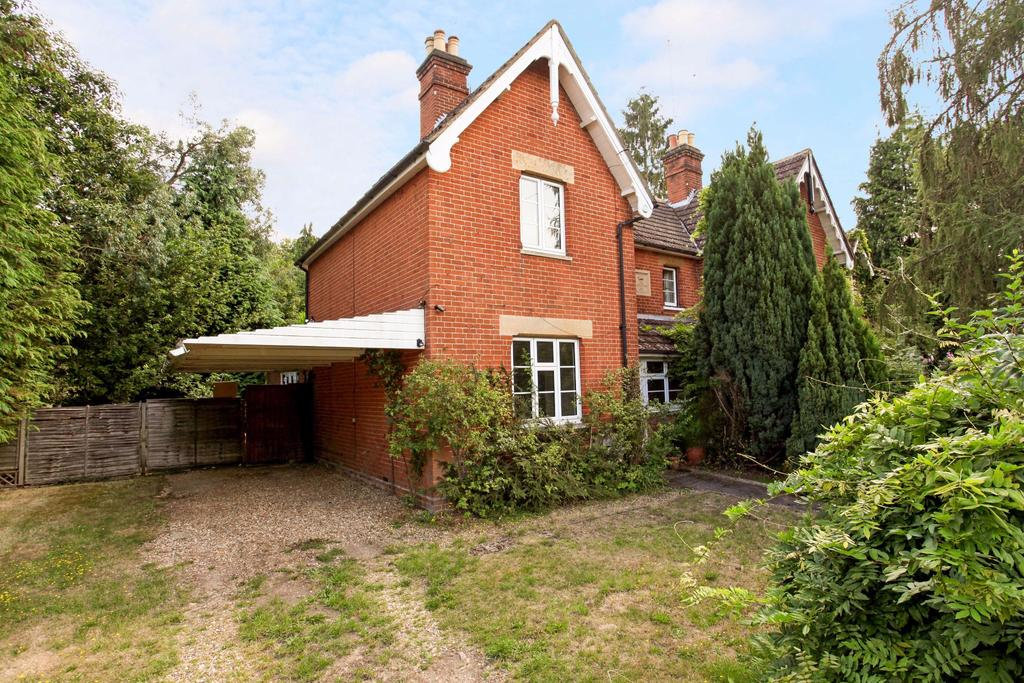 2 Bedrooms Semi Detached House for sale in Christchurch Road, Virginia Water