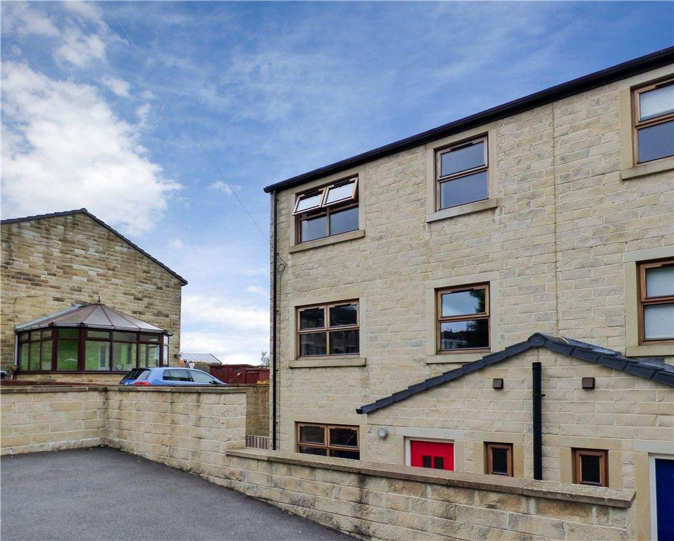 4 Bedrooms Town House for sale in Wesley Court, Valley Heights, Denholme, Bradford