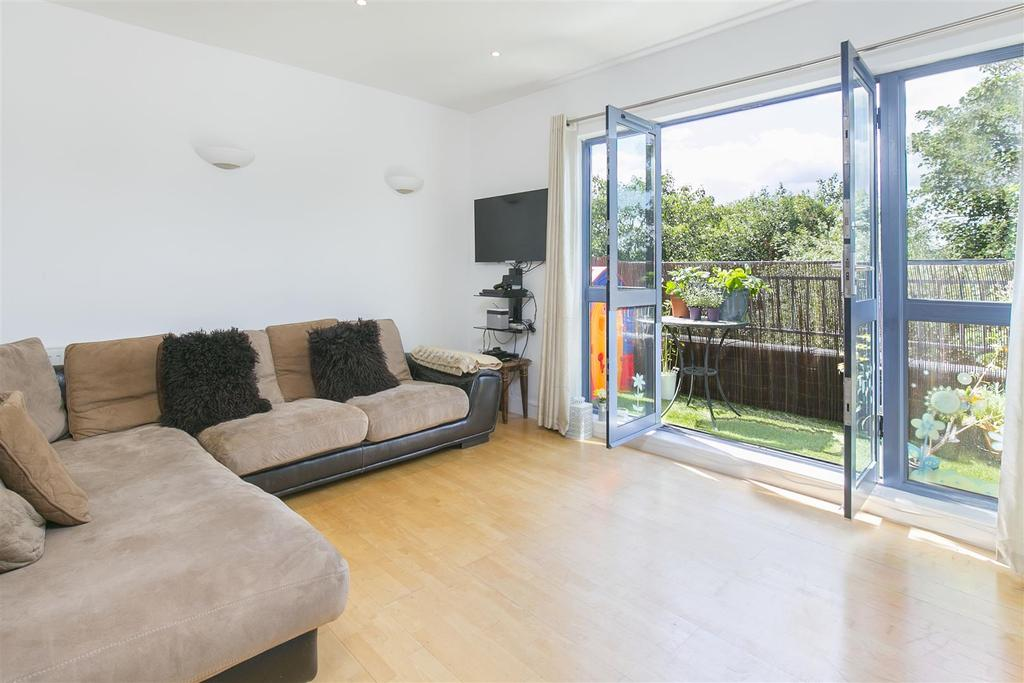 3 Bedrooms Flat for sale in Brangwyn Crescent, Colliers Wood, SW19