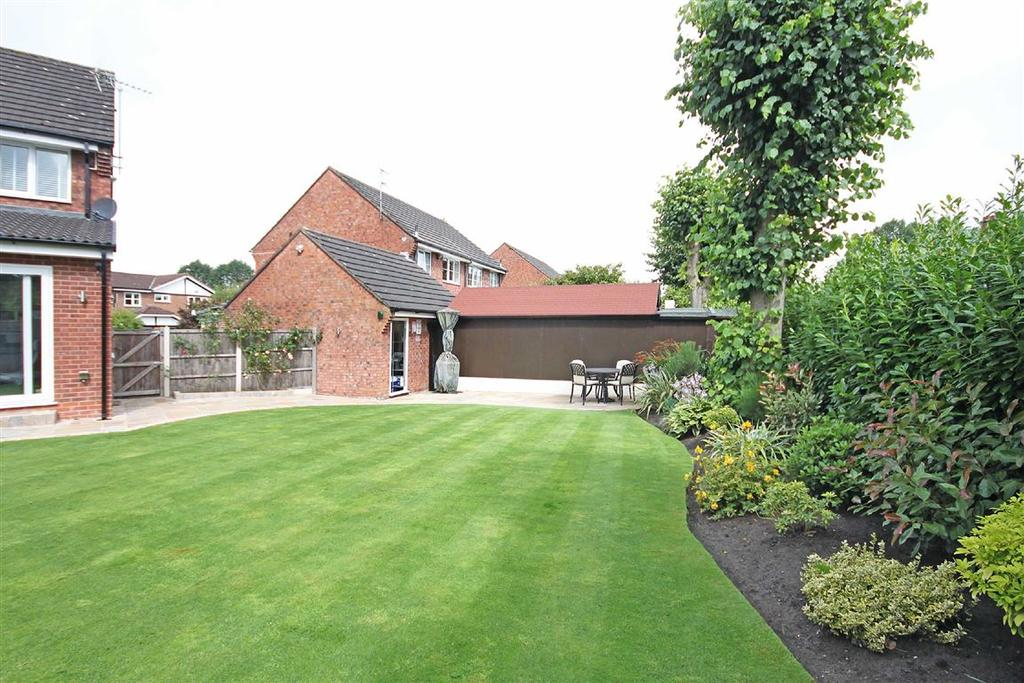3 Bedrooms End Of Terrace House for sale in Waveney Drive, Altrincham, Cheshire