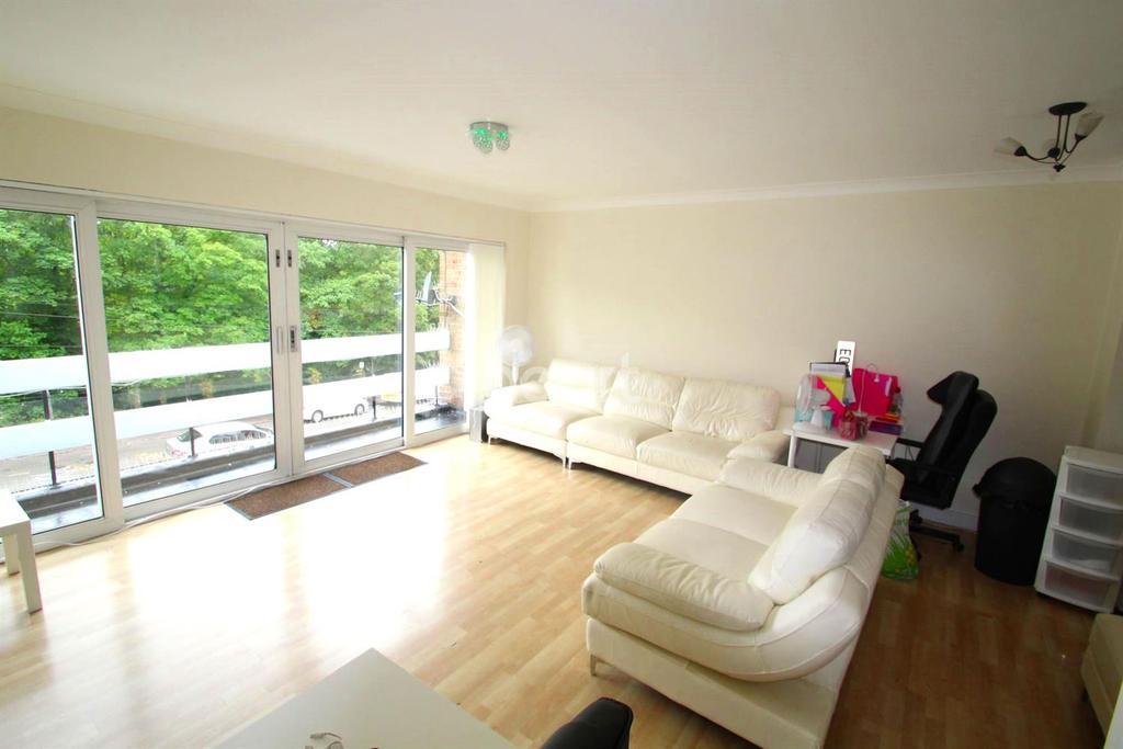 3 Bedrooms Maisonette Flat for sale in Radford Way, Billericay