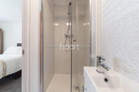 6 bedroom semi-detached house for sale - Brentwick Gardens, Brentford
