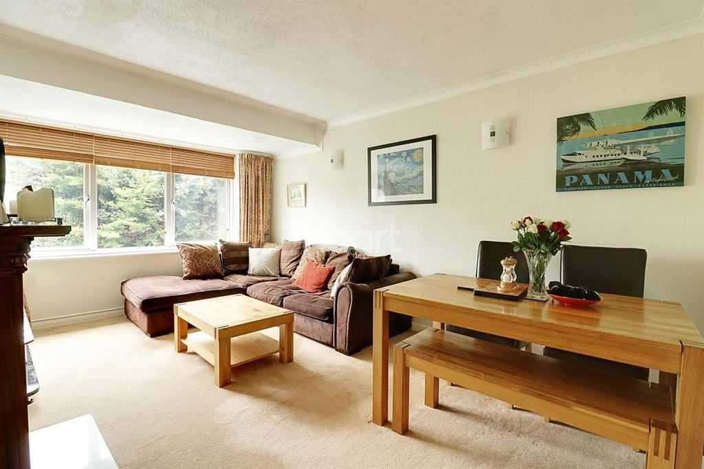 2 Bedrooms Maisonette Flat for sale in Cherrydown Walk, Collier Row