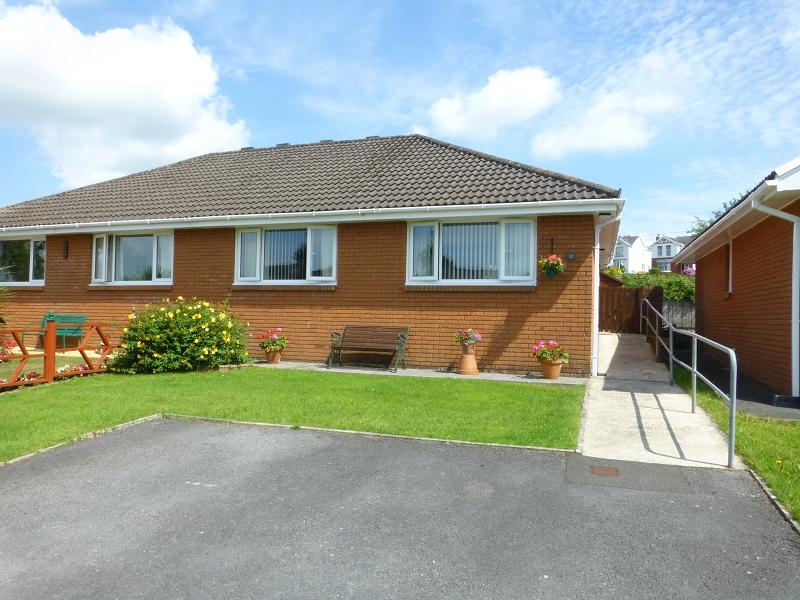 2 Bedrooms Bungalow for sale in Caeffynnon Road, Llandybie, Ammanford, Carmarthenshire.