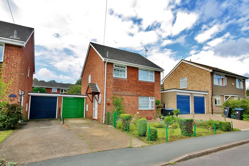 3 Bedrooms Link Detached House for sale in Knaphill, Woking