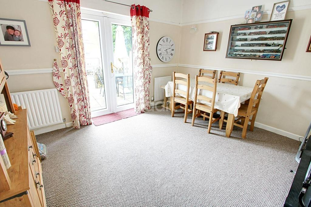 4 Bedrooms Semi Detached House for sale in Heather Road, St Julians, Newport