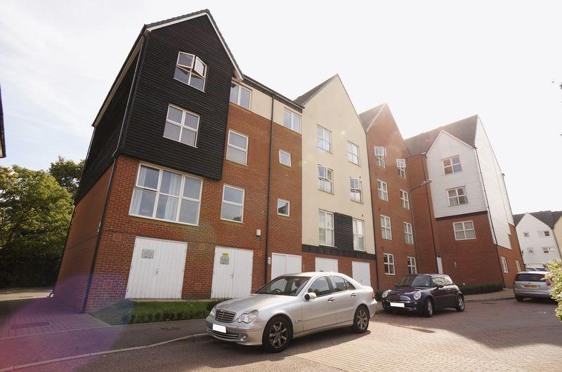 2 Bedrooms Flat for sale in Cloudeseley Close, Sidcup, DA14 6TF