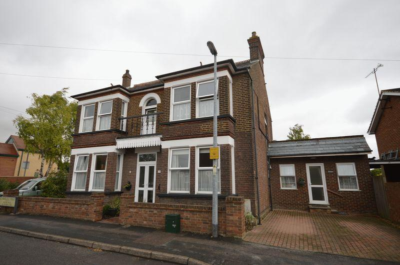 5 Bedrooms Detached House for sale in Houghton Regis.