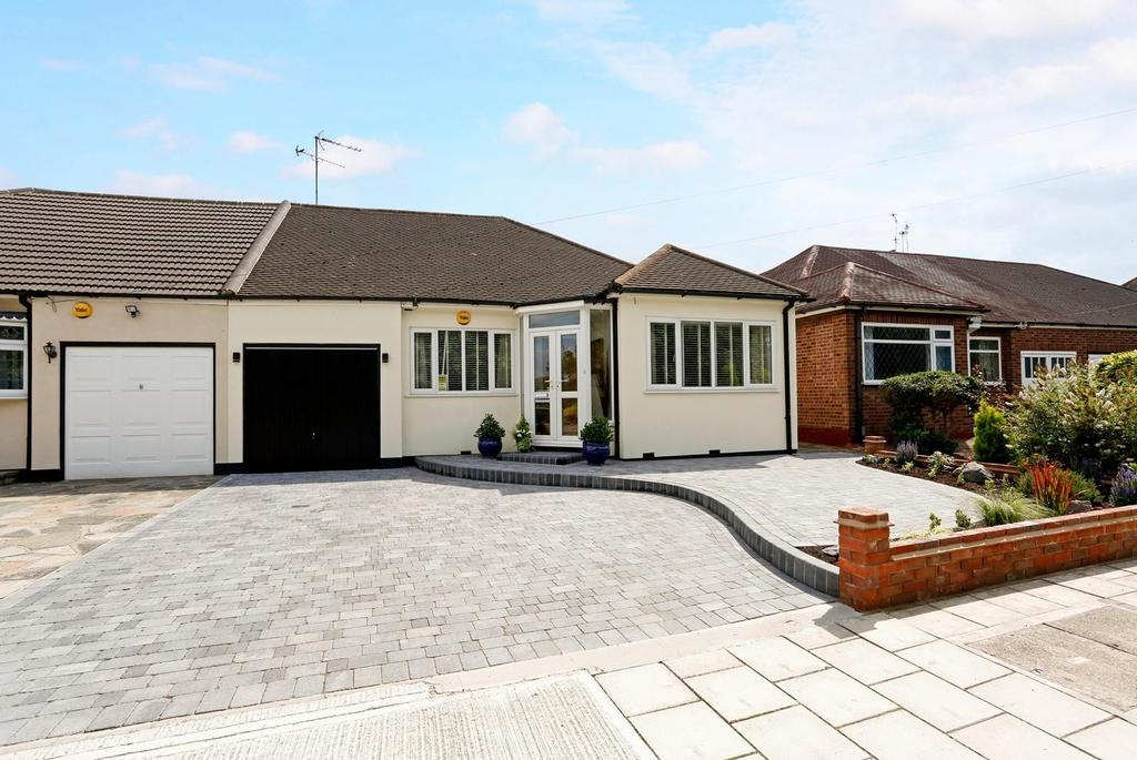 4 Bedrooms Semi Detached House for sale in Millbrook Gardens, Gidea Park, RM2