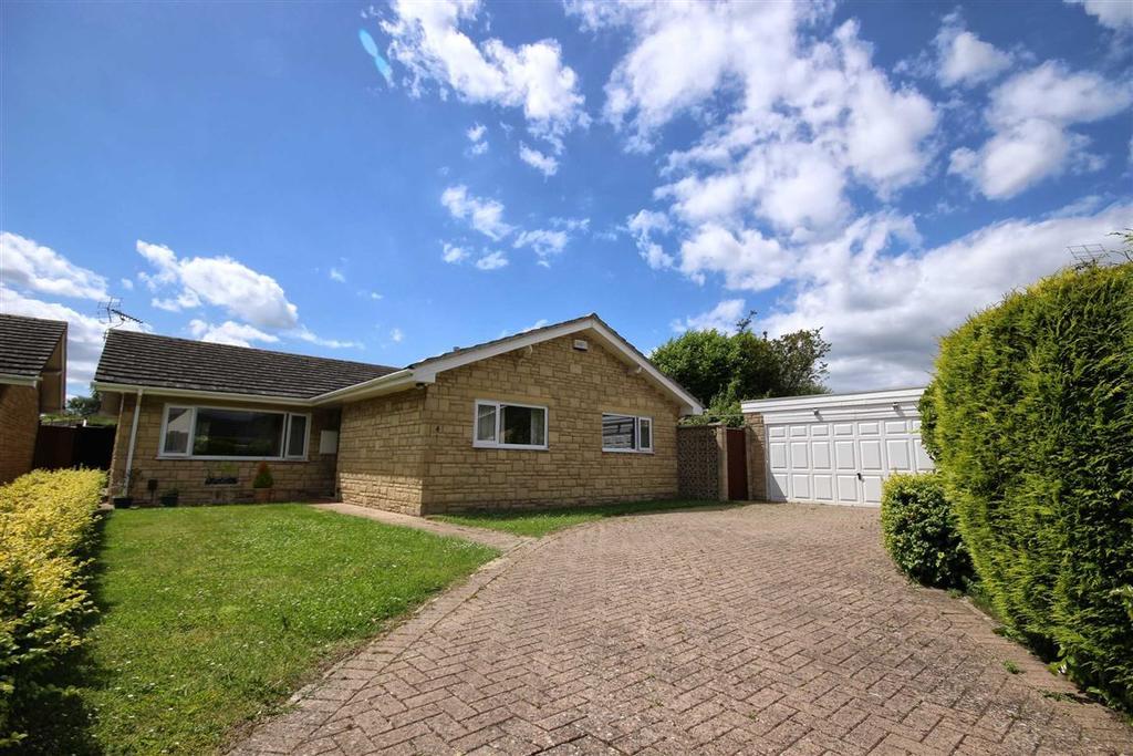 3 Bedrooms Detached Bungalow for sale in Deakin Close, Swindon Village, Cheltenham, GL51
