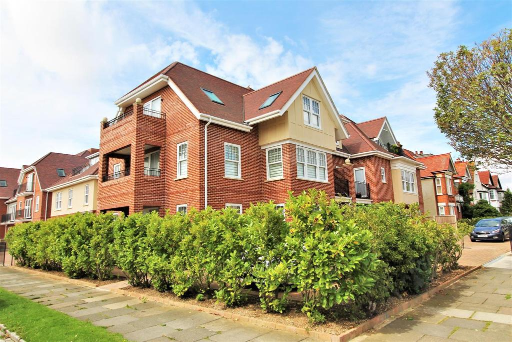 2 Bedrooms Penthouse Flat for sale in Queens Road, Frinton-On-Sea