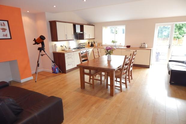 3 Bedrooms Semi Detached House for sale in Broxtowe Drive, Hucknall, Nottingham, NG15